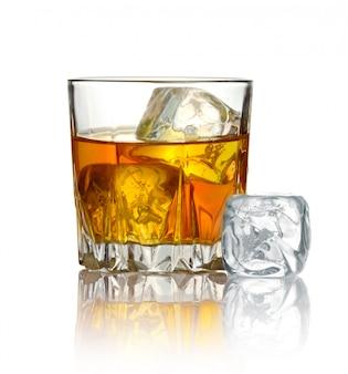 Glas whisky en ijs op wit wordt geïsoleerd dat