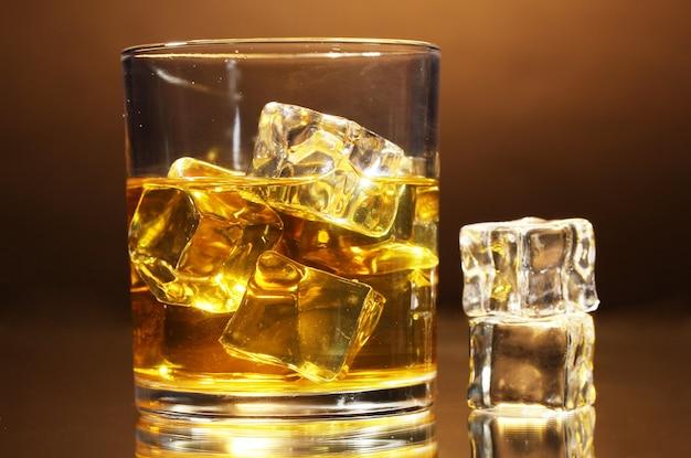 Glas whisky en ijs