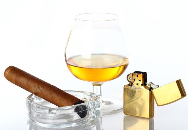 Glas whisky en sigaar