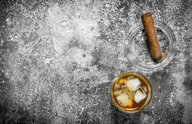 Glas whisky met een sigaar.