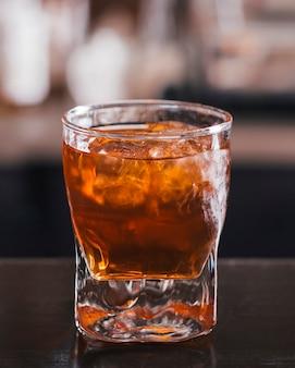 Glas whisky met ijsblokje