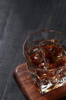 Glas whisky of bourbon, alleen met ijs