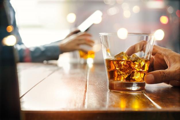 Glas whisky op een tafel