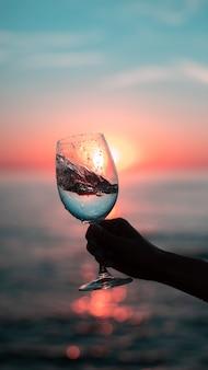 Glas wijn bij zonsopgang
