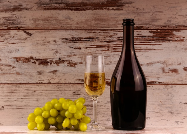 Glas wijn, een fles wijn en druiven aan boord