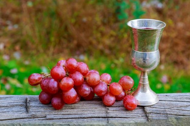 Glas wijn en druiven op gele joodse feestdagen