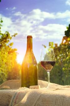 Glas wijn met fles.