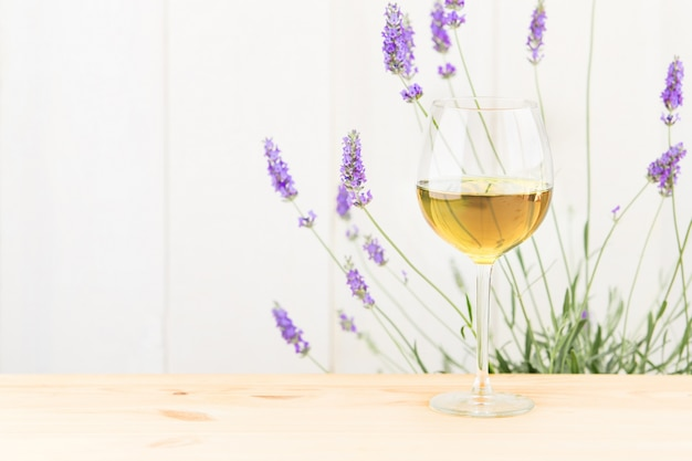 Glas wijn met lavendelstruik.