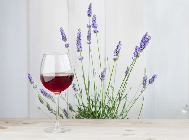 Glas wijn met lavendelstruik