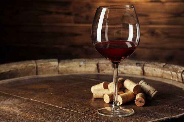Glas wijn op de houten tafel