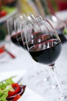 Glas wijn op de tafel