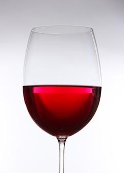 Glas wijn op grijs