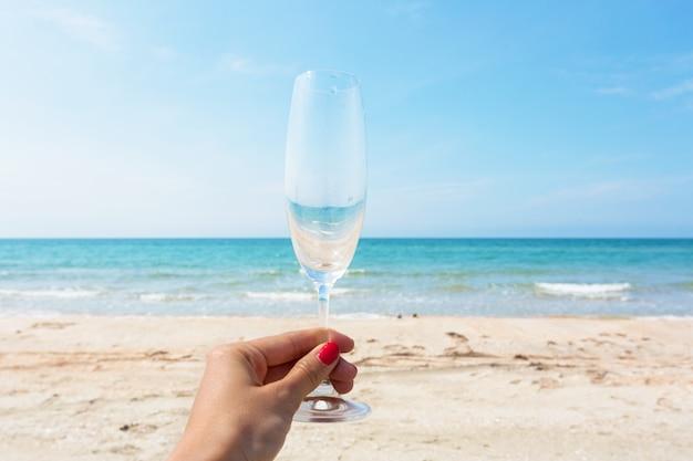 Glas wijn op het strand