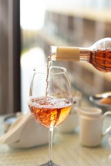 Glas wijn op restaurantachtergrond