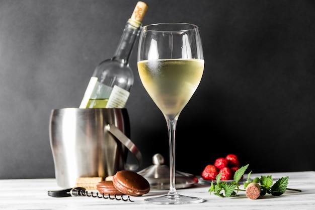 Glas witte wijn en fles