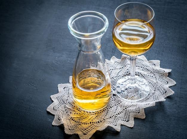 Glas witte wijn in vintage decor
