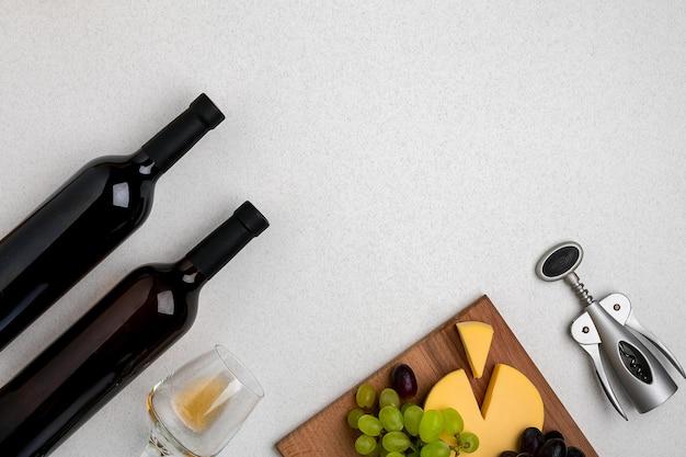 Glas witte wijn kaas en druiven bovenaanzicht