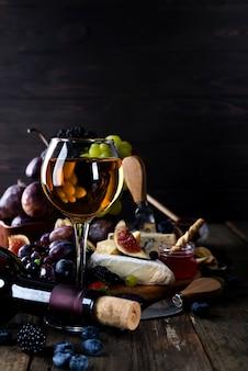 Glas witte wijn op picknicktafel.