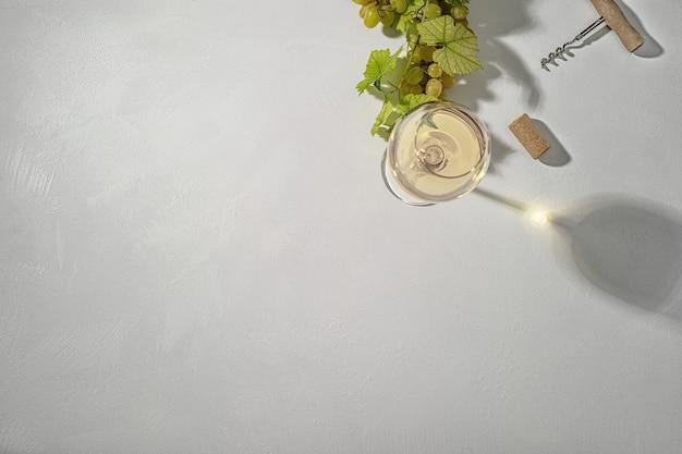 Glas witte wijn op vintage houten tafel. bovenaanzicht.