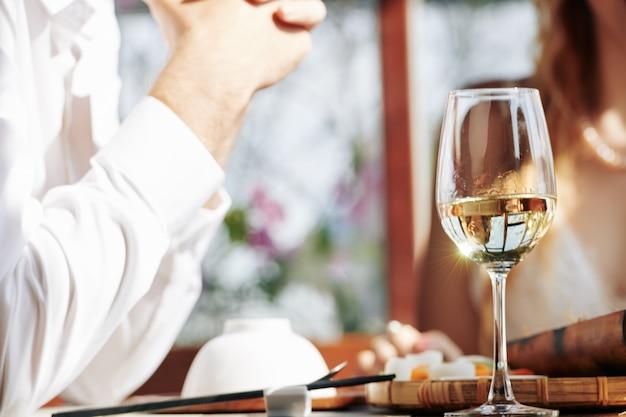 Glas witte wijn Premium Foto