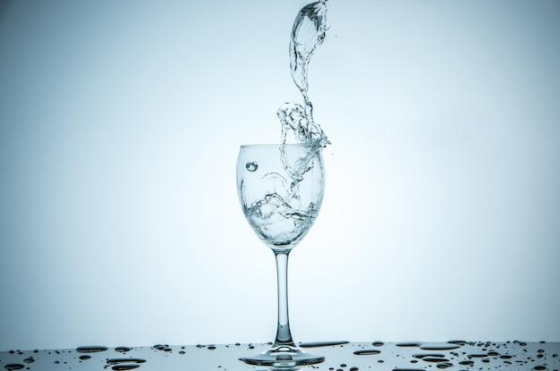 Glas wordt gevuld met water