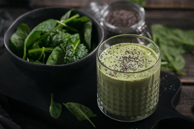 Glas zelfgemaakte gezonde groene smoothie met verse babyspinazie