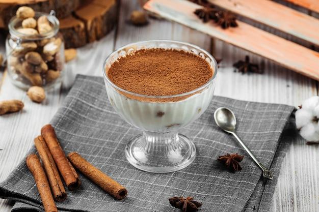 Glas zoete cacao tiramisu crème deesert