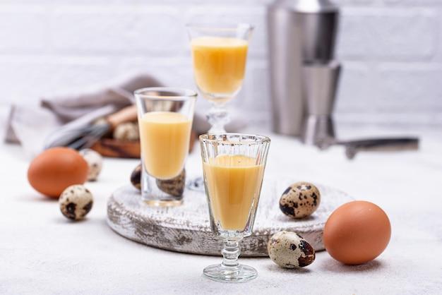 Glas zoete eierlikeur