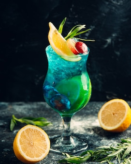 Glas zomer cocktail met citroen