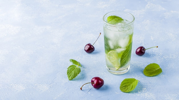Glas zomerlimonade of ijsthee
