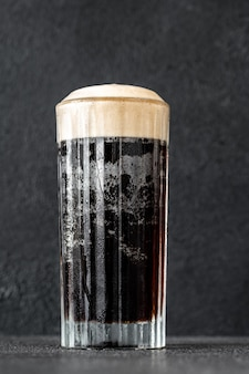 Glas zwart fluwelen cocktail gemaakt van een combinatie van stout en champagne Premium Foto