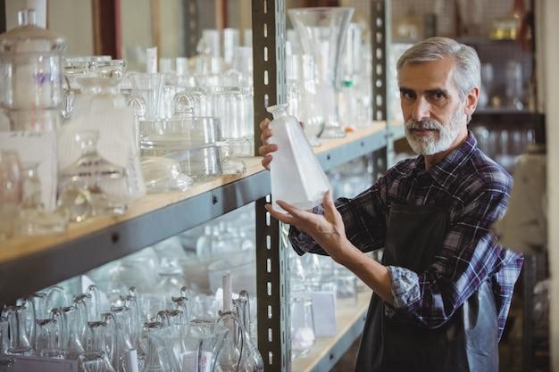 Glasblazer die glaswerk onderzoekt