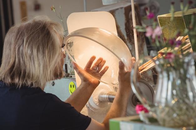 Glasblazer polijsten en slijpen van glaswerk