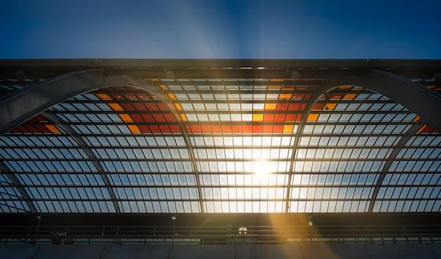 Glasdak van amsterdam centraal station in nederland