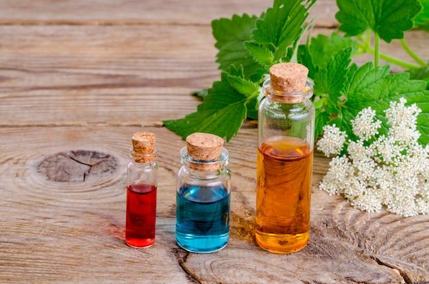 Glasflessen aromaetherische olie op houten, beeld voor alternatieve therapiegeneeskunde