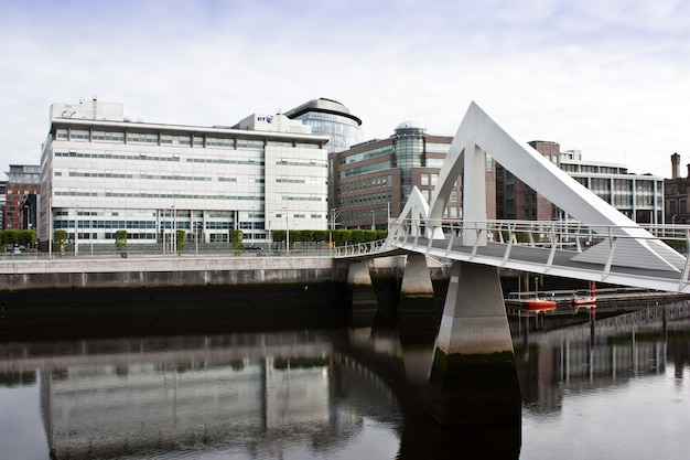 Glasgow: voetgangersbrug met modern design, dicht bij het financiële centrum