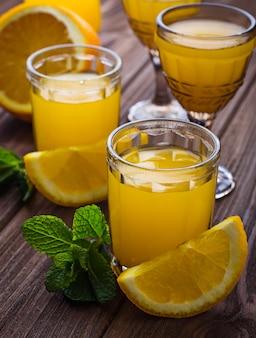 Glasjes sinaasappelsap met munt