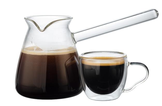 Glaskoffie turk met koffie op wit wordt geïsoleerd dat