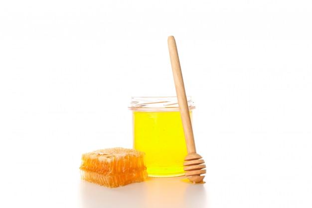 Glaskruik, honingraat en dipper op witte achtergrond wordt geïsoleerd die