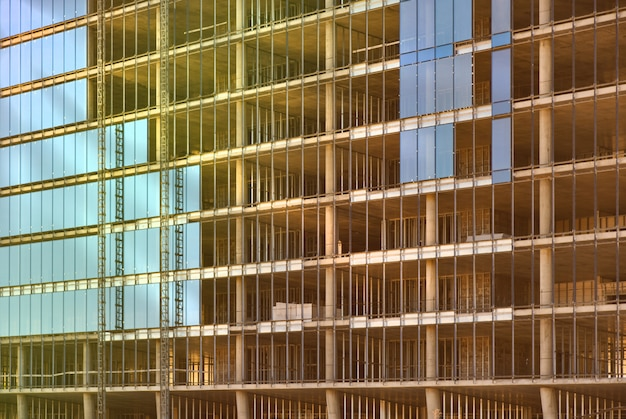 Glasmuur van een monolithisch gebouw in aanbouw