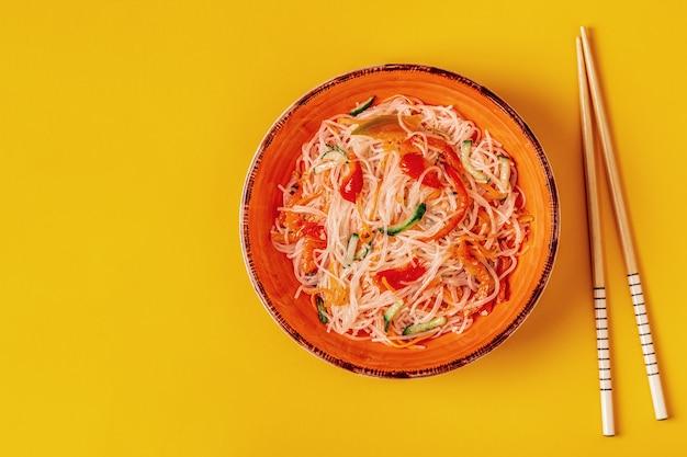 Glasnoedelsalade met komkommer, peper en wortel