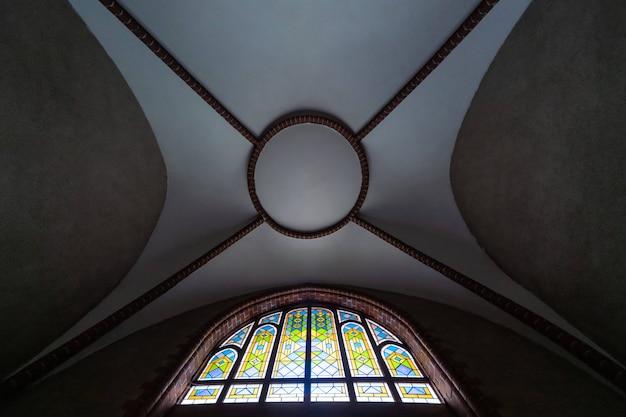 Glasraam in oude kathedraal of kerk. mooi gekleurd glazen raam