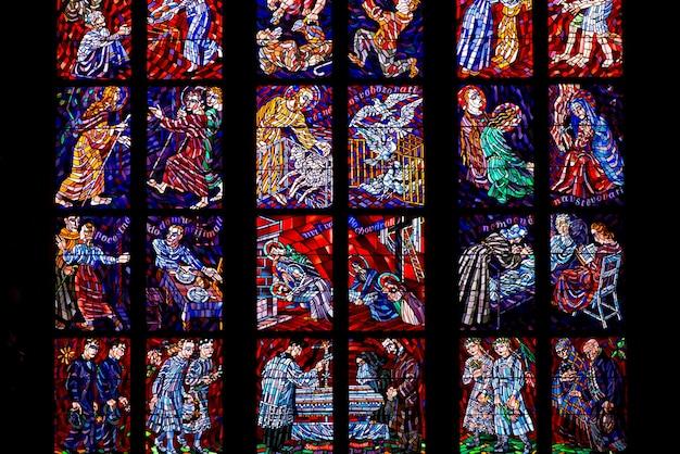 Glasraam ontworpen door alfons mucha in st. vitus cathedralю praag, tsjechische republiek Premium Foto