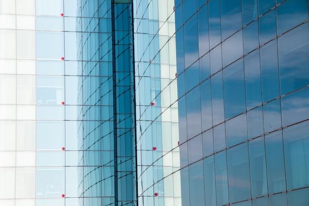 Glasreflectie van een gebouw