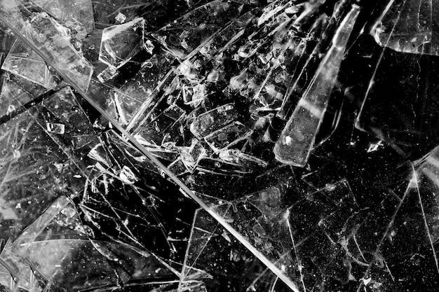 Glasscherven geïsoleerd op een zwarte achtergrond. gebroken glas.