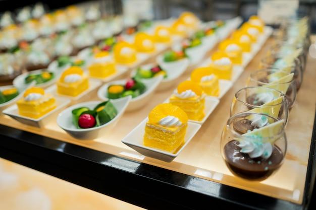 Glasshots gebak, bruiloftscatering, mini-canapés, smakelijk dessert, mooi gedecoreerde cateringbankettafel, snacks en hapjes, huwelijksfeest