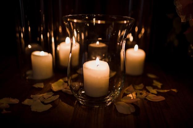 Glasvazen met brandende witte kaarsen