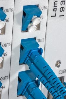 Glasvezelkabel bevestigd op het mainframe