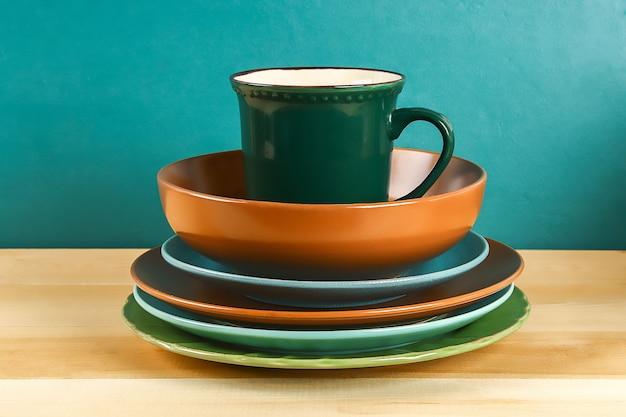 Glaswerk. glazen borden, kopjes, kommen. gerechten op de plank. keukengerei.