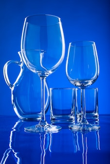 Glaswerk voor drankjes op een blauwe
